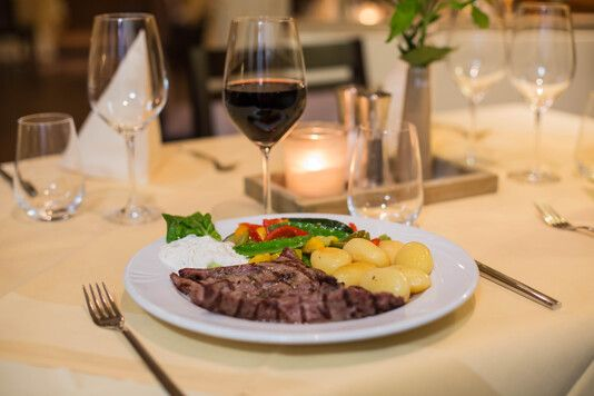 https://cdn.gastronovi.com/tmp/images/_160822-fesstos-restaurant-5880-web_678x356_or_55592357ba09e7c9.jpg