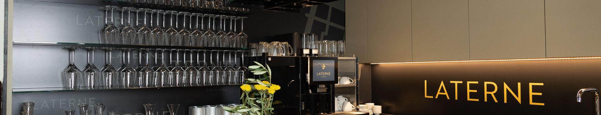 https://cdn.gastronovi.com/tmp/images/laterne-midres-srb-9173_restaurant-laterne-laterne-aarau-theke-aarau-glaeser-schriftzug-laterne-kaffee-bar-laterne-w_1920x370_of_904073989cd47be4.jpg